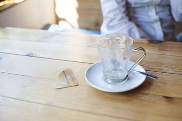 How to Pay a Restaurant Bill With a Credit Cardcredit card to pay coffee