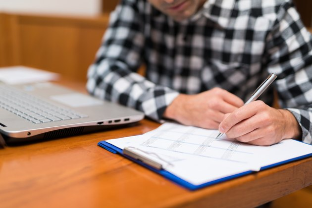 How to Calculate Indiana Taxes Deducted From a PaycheckMan working at home