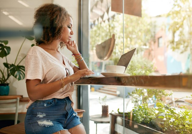 Young woman using her laptop in a coffee shop