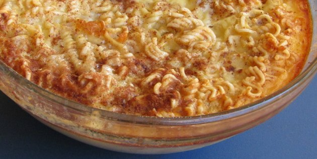 A bowl of baked ramen noodle pudding.